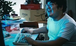 ゲームに夢中な男性の写真