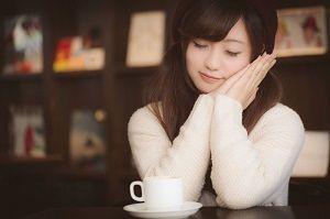 喫茶店でほっこりする女性
