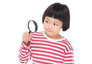 虫眼鏡を持っている女の子
