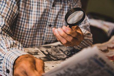 新聞を虫眼鏡で見る